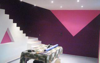 peinture intérieure rose et mauve géométrique