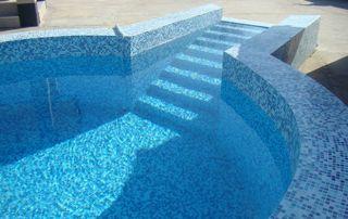 piscine extérieure ronde avec liner mosaïque et escalier