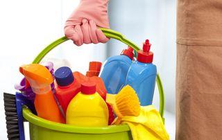 seau avec produits de nettoyage