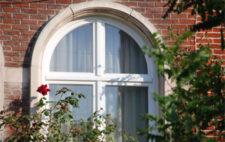 fenêtre arrondie en bois