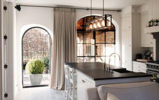 rideaux au sol dans une cuisine