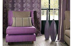 salon avec tentures violettes