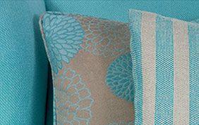 coussin en tissu gris et turquoise