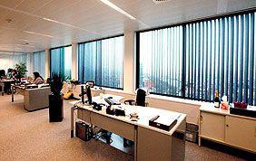 stores à lameles verticales dans bureau