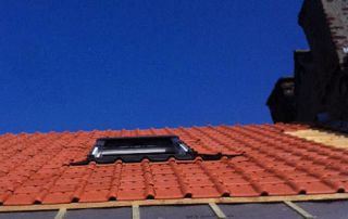 toiture en tuiles avec fenêtre Velux