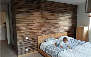 revêtement mural en bois dans chambre à coucher