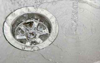 eau qui coule dans un évier
