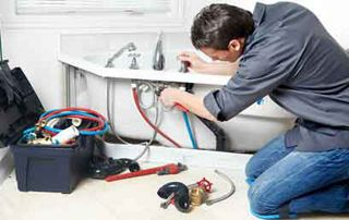 plombier réparant une baignoire