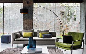 Salon avec stores verticaux transparents