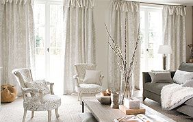 Salon avec longs rideaux beige