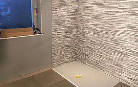 douche italienne et murs en pierre naturelle