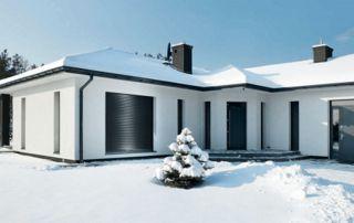 maison sous la neige équipée de volets monoblocs