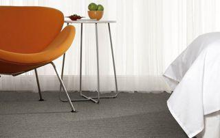 tapis gris foncé avec chaise orange