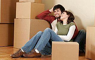 jeune couple avec cartons de déménagement