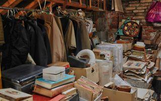 tringle, vêtements et livres