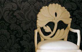 papier peint noirs à fleurs derrière chaise en bois