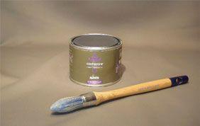 pot de peinture métal et pinceau