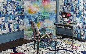 tapis, sol et chaise multicolores