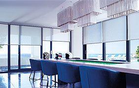 salle à manger avec baies vitrées