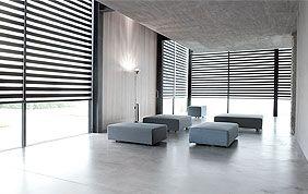 grande pièce avec baie vitrée et stores vénitiens