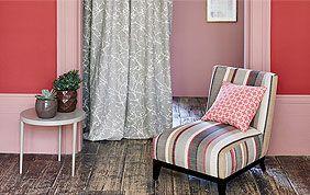 Chaise et murs colorés