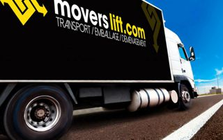 camion de déménagement Movers Lift sur la route