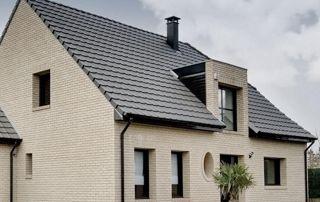 belle maison avec toiture en tuiles