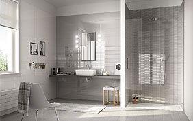 Sale de bain carrelée grise et blanche