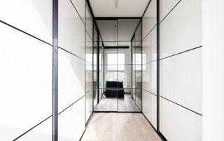 grand placard laqué blanc avec portes coulissantes
