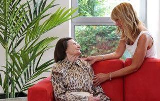 aide à une personne âgée