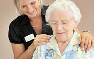 Femme âgée et personnel de résidence