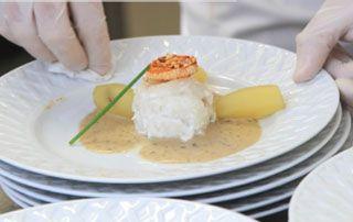 Plat chaud présenté dans une assiette blanche