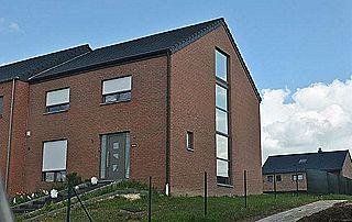 Maison 3 façades volets blancs