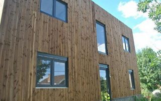 Façade en bois et fenêtres PVC
