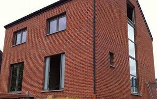maison en brique et fenêtres