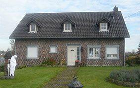 maison avec menuiseries extérieures blanches
