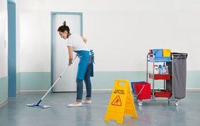 Nettoyeuse dans le hall d'une entreprise