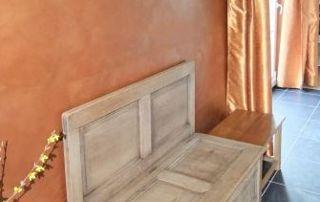 Banc en bois et murs peints en orangé