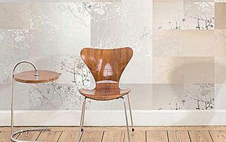 Chaise moderne et papier-peint