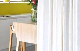 Chaise en bois et rideaux blancs