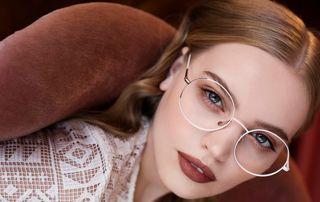 femme portant des lunettes