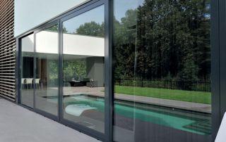 grande baie vitrée avec profilés en aluminium