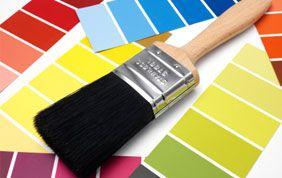 Pinceau et nuancier de peinture