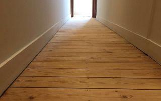 couloir avec plancher en bois