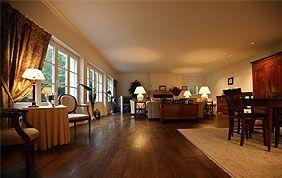 salon luxueux avec parquet en chêne