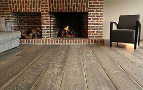 parquet en chêne vieilli rustique devant cheminée