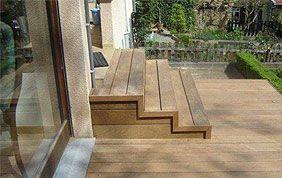 terrasse extérieure avec escalier en bois