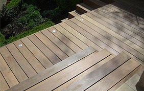 terrasse avec planches en bois