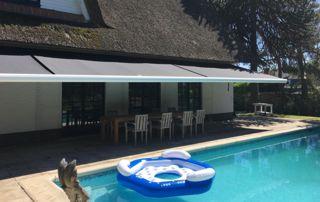 tente solaire sur terrasse devant piscine