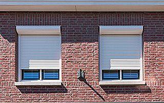 fenêtres avec volets roulants blancs
